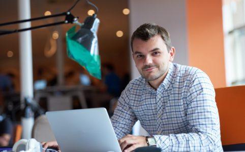 przedsiębiorca przy komputerze