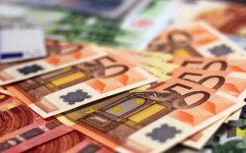 banknoty euro na stole