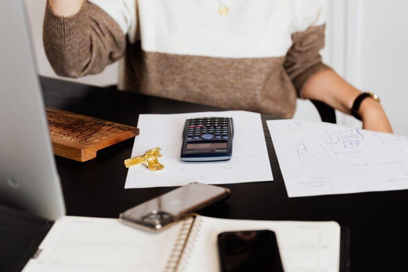 kalukator leżący na biurku