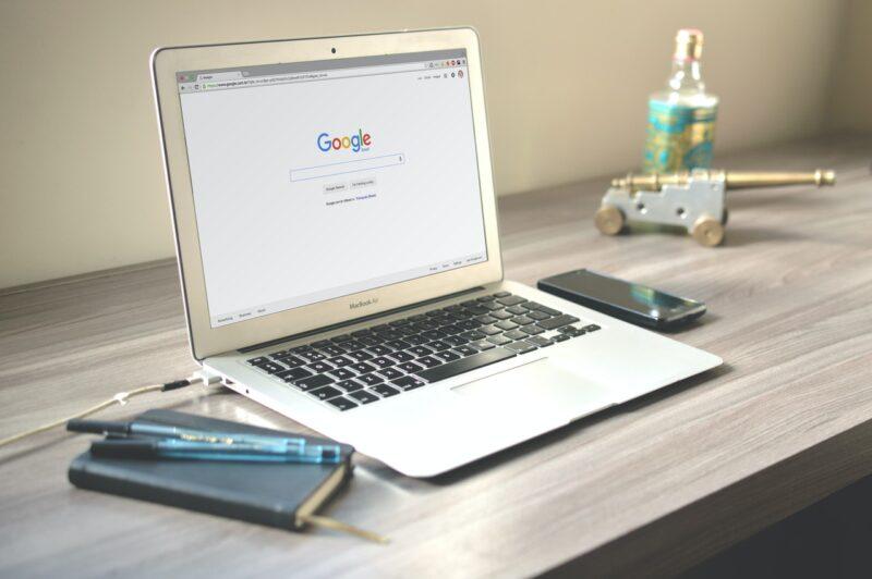 wyszukiwarka Google na ekranie laptopa